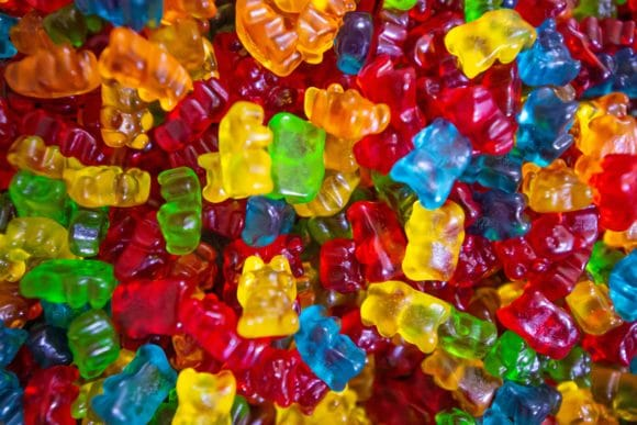 Photo par Amit Lahav. yellow green and red plastic beads